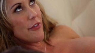 Mütter lehren Sex – Mama verführt ihren jungfräulichen Stiefsohn.